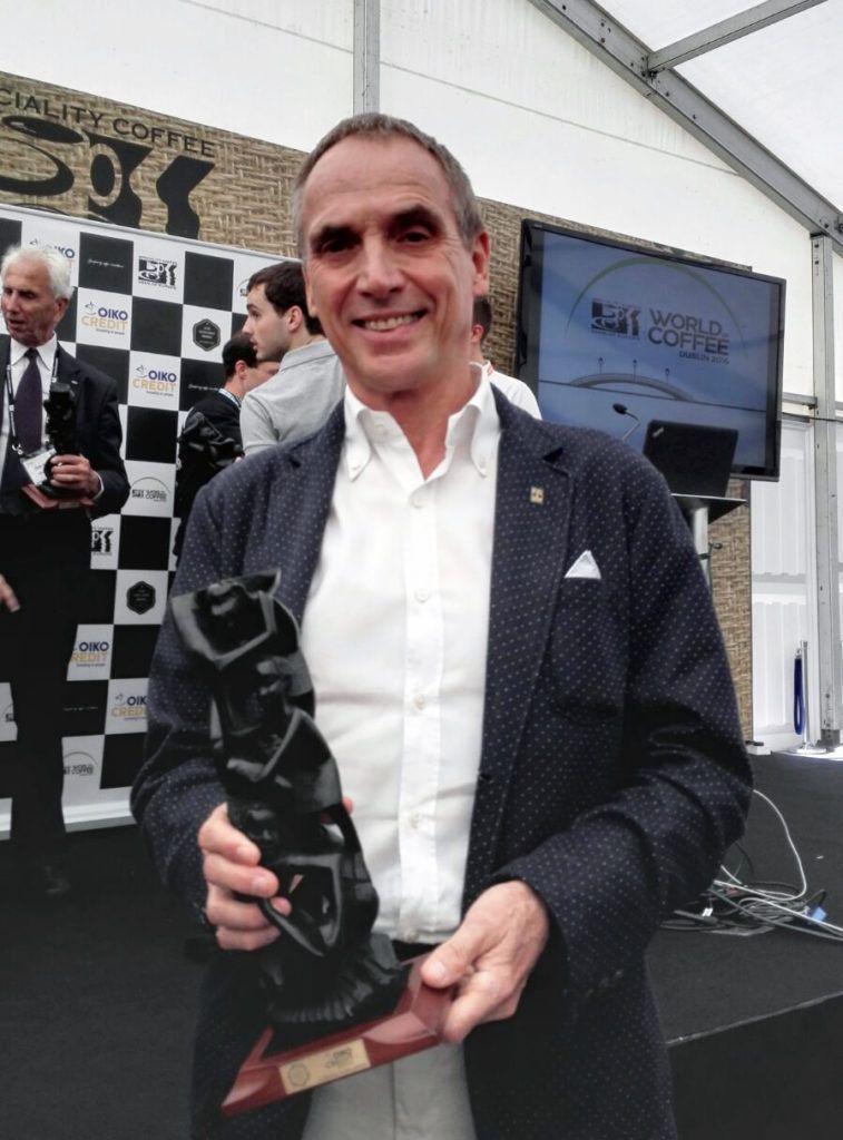 Edy Bieker con il premio alla carriera che gli è stato consegnato da Sca (alle'epoca Scae) al World of coffee di Dublino 2016