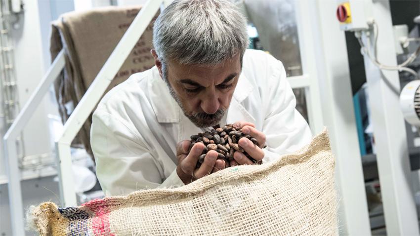 Guido Gobino controlla una partita di fave di cacao