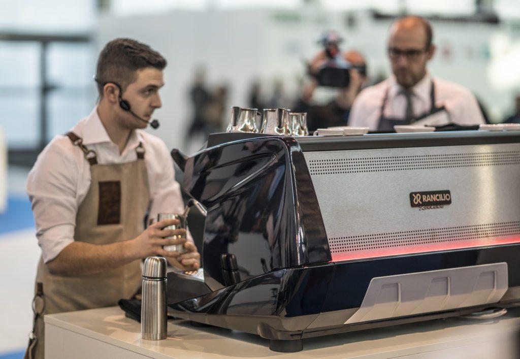 Davide Cavaglieri all'opera nella prova finale che gli è valsa il titolo italiano baristi caffetteria