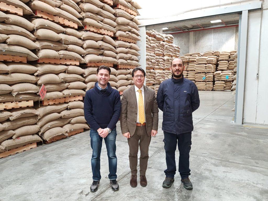 I magazzini del Il Polo del caffè all'Interporto di Nola: sl centro della fotografia c'è Rosario Carafa con (sinistra) Gianluca Del Prete e Antonio Di Domenico