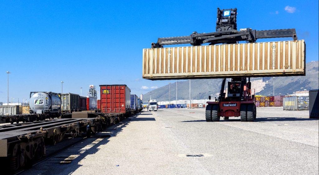 Interporto campano di Nola, lo scarico dei container da uno dei treni