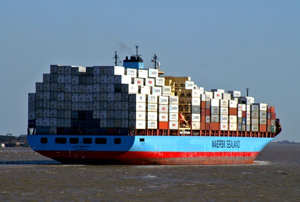 Una nave full container nel Porto di Napoli