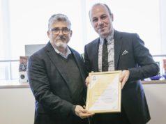Ric Rhinehart, Ceo SCA, consegna la certificazione Premier Training Campus a Giuseppe Lavazza, Vicepresidente del Gruppo Lavazza q-grader