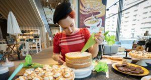 Alice Balossi prepara le sue creazioni dolci a Faema Art&Caffeine