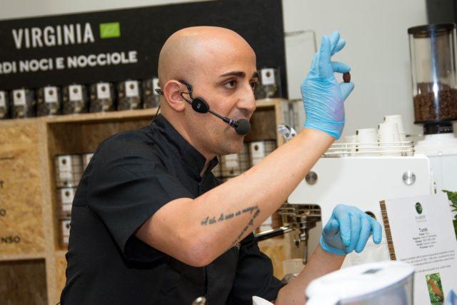 Un momento della dimostrazione con la fava di cacao riempita di caffè