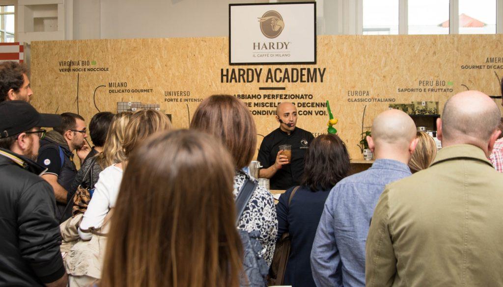 Gianni Cocco nella dimostrazione tenuta presso lo stand di Hardy al Milano Coffee Festival