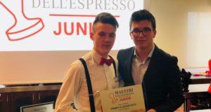Mattia Dan Campione di maeestri dell'Espresso Junior 2018 riceve il trofeo dal campione 2017 Cevenini