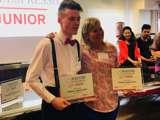 Mattia Dan con la docente di sala e Bar Emanuela Cavasin: in mano ha il trofeo del primo classificato