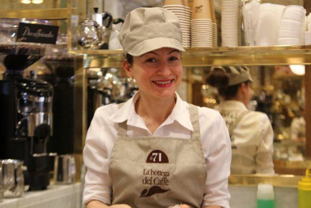 Una delle dipendenti del primo locale francese della bottega del caffè