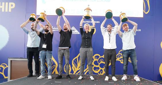 Ecco sul palco i sei finalisti del Mondiale baristi 2018: al centro la vincitrice