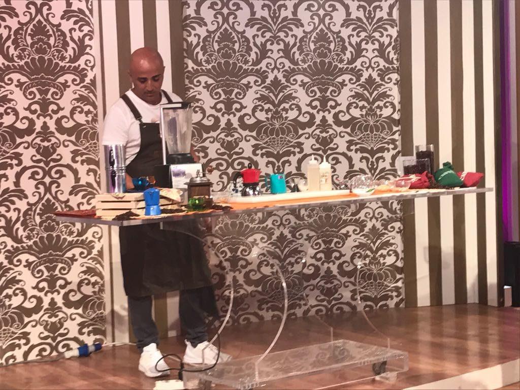 Gianni Cocco inizia la preparazione controllando le attrezzature e gli ingredienti