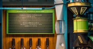 Il tabellone realizzato dalla Solari di Udine con l'indicazione dei caffè in torrefazione nella Starbucks Reserve Roastery