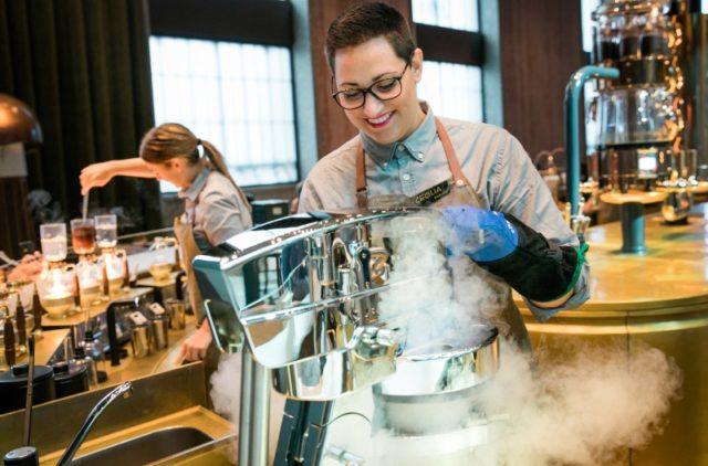 Una dei 300 specialisti di Starbucks Reverve Roastery Milano all'opera