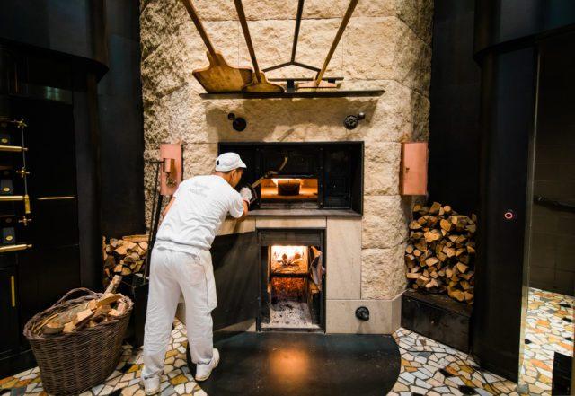 Princi Il forno a legna acceso nella panetteria Princi, all'interno della Roastery di Milano (Joshua Trujillo, Starbucks)