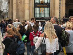 Starbucks Reserve roastery di Milano: trecento metri di coda in Piazza Cordusio sin dal primo mattino