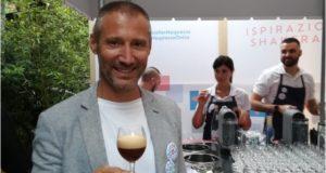 Massimiliano Marchesi, Brand ambassador Nespresso. In mano, la sua ricetta preferita: Ispirazione Shackerato