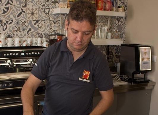 Uno dei baristi speciali al bar dell'Ospedale di Jesolo