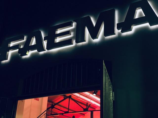 L'ingresso in notturna del Flagship store Faema in Via Forcella a Milano