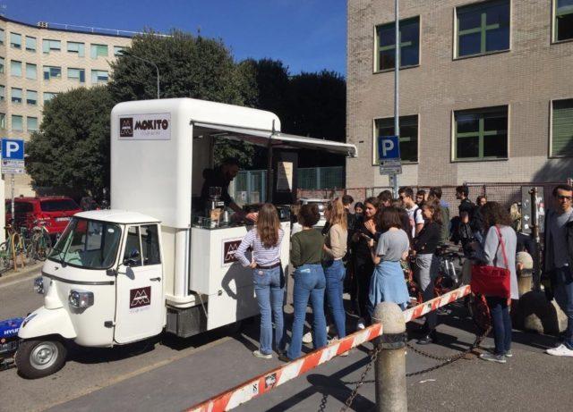 MiklanoCaffè-MilanCoffe con l'Ape della Torrefazione Mokito davanti all'Università Bocconi: un amore a prima vista