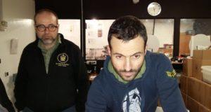 Andrea Antonelli in primo piano impegnato sulla tostatrice a fianco dell'istruttore Paolo Scimone