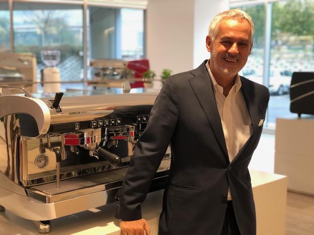 Fabio Ceccarani, 60 anni, è l'amministratore delegato del Simonelli Group. Qui è nello show room-museo della Nuova Simonelli accanto alla nuova Wave e al macinino on demand di ultima generazione Mythos 2