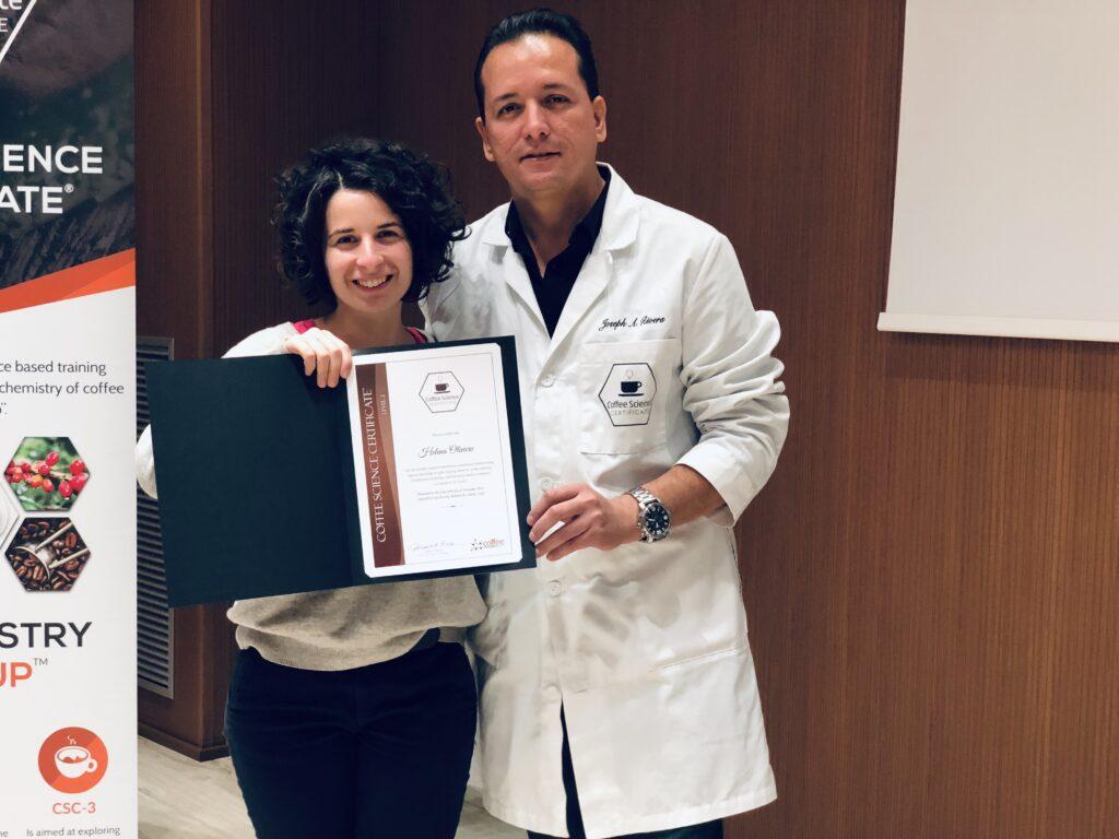 Heléna Oliviero riceve da Joseph Rivera il diploma per il secondo corso sulla chimica del caffè