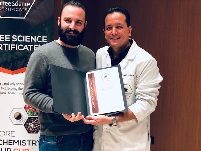Tommaso Bongini ritira il diploma al termine del corso sulla chimica del caffè