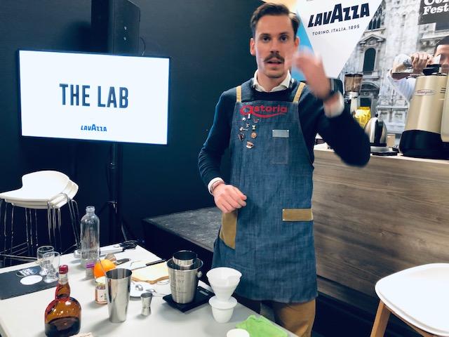 Fabio Dotti prepara la sua ricetta di caffè che voleva essere una birra al The Lab Lavazza del The Milan coffee festival