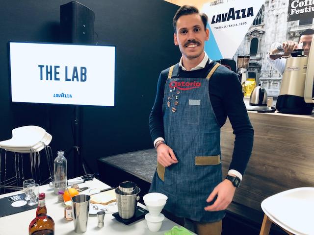 Fabio Dotti prepara la sua ricetta di caffè che voleva essere una birra