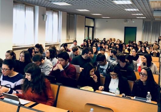 L'aula 111 dell'Università Cattolica zeppa di studenti del corso di Marketing internazionale per ascoltare Maurizio Giuli