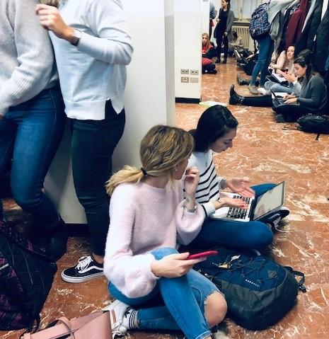 Alcuni degli studenti dell'Università Cattolica del Sacro Cuore, in attesa di partecipare alla lezione di Maurizio Giuli sul Marketing Internazionale