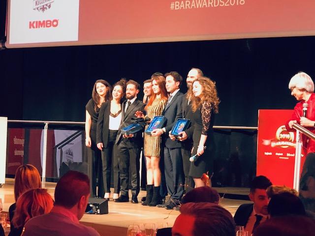 Sul palco i vincitori del premio bar caffetteria dell'anno con i collaboratori