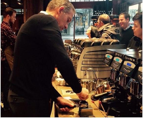 Howard Schultz, oggi fondatore e presidente onorario di Starbucks, non si è mai sottratto neppure alle esercitazioni: qui è nella Roastery di Seattle (Usa) alle prese con una Victoria Arduino VA 388 e ben tre Mythos 1