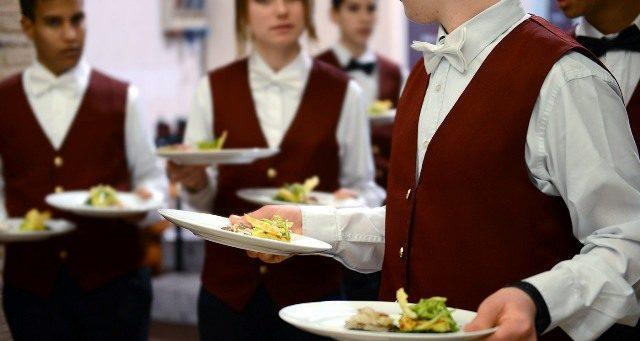 formazione Gli studenti di un istituto alberghiero impegnati in uno stage