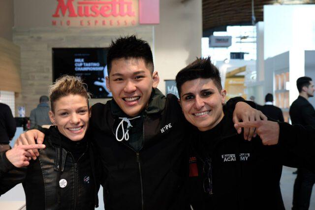 Da sinistra la campionessa italiana di Latte art 2019 Manuela Fensore con il campione del mondo in carica Quek Siew Lhek e Carmen Clemente 4ª classificata al campionato italiano