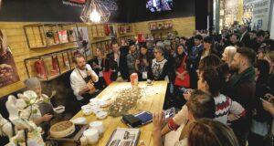 Un folto del pubblico che segue una dimostrazione dello chef stellato e volto TV Cristiano Tomei
