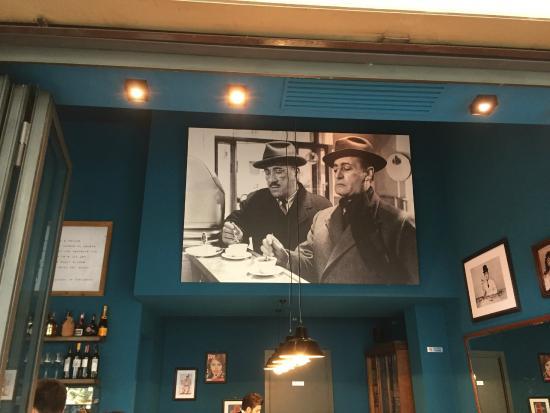 Gli interni di Caffè Napoli, con un poster di Toto e Peppino