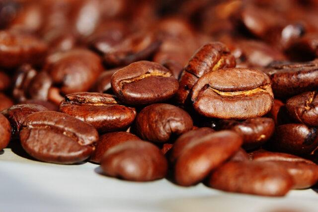 Chicchi di caffè oro nero appena tostati svizzera scorte caffè La decisione del governo, se confermata, entrerà in vigore nel 2022