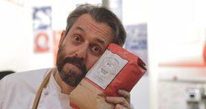 Lo chef Cristiano Tomei con il caffè che usa in cucina