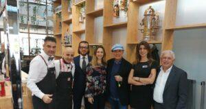 Foto di gruppo con Daniele Bitto e Gianni Cocco (primi da sin.), lo staff Dersut e Luca Sardella (terzo da ds.)