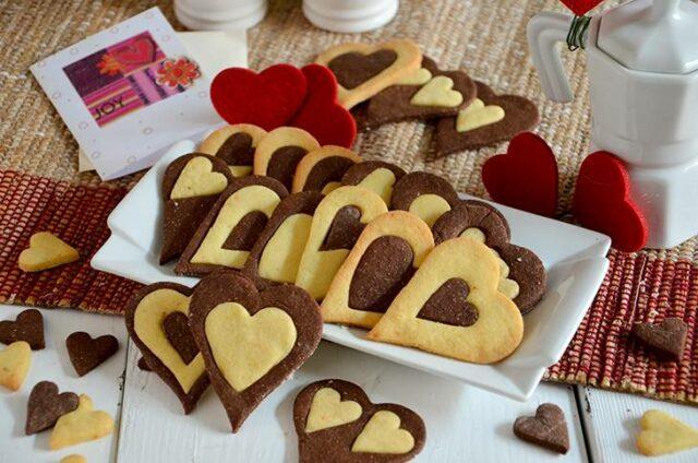 I biscotti a forma di cuore sono un classico della festa degli innamorati