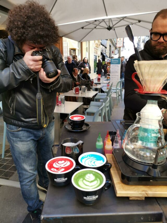 I cappuccini colorati serviti allo stand di Caffè Mauro