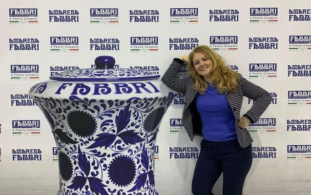 Carlotta Fabbri posa vicino all'iconico contenitore dell'amarena che è esposto anche al Moma di New York