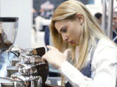 Chiara Bergonzi prova la Slayer Espresso 3 gruppi esposta al Sigep nello stand 7gr