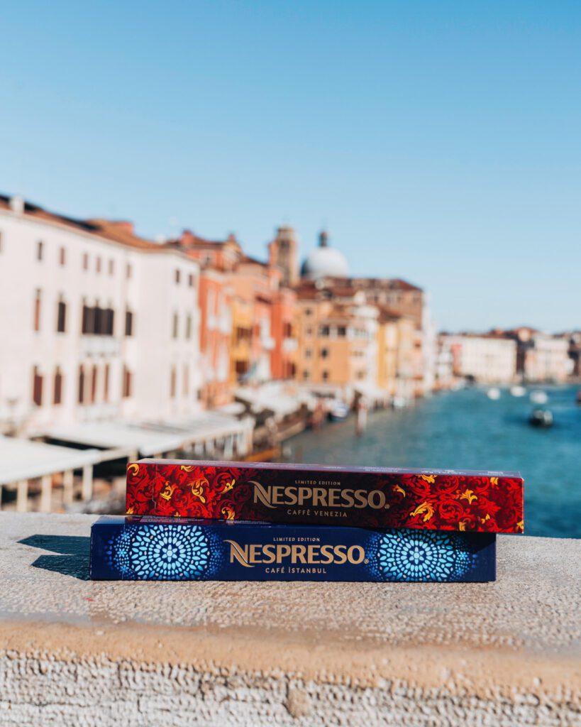 Nespresso confezioni delle capsule Venezia e Istanbul su un ponte del Canal Grande