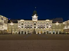 Cenacolo Una veduta notturna della monumentale Piazza dell'Unità d'Italia a Trieste