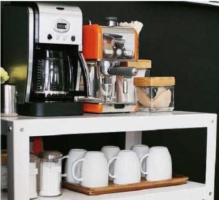 Un angolo caffè cucina dedicato al caffè casalingo