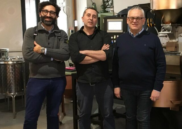 Vincenzo Bazzanini (primo a destra) direttore commerciale Sta Impianti con Andrea Fiume (primo a sinistra) della Fiume Caffè e Antonio Biscotti della Griso Torrefazione