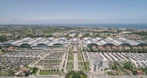 Panoramica dei padiglioni del Sigep con alcuni dei parcheggi in primo piano