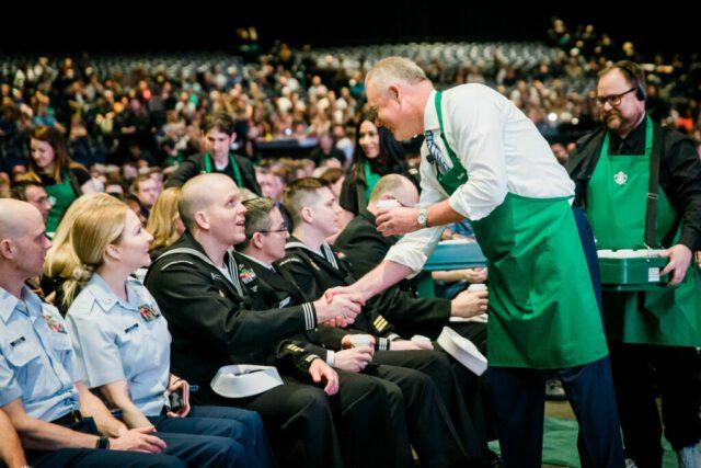 Starbucks terzo luogo Il ceo di Starbucks Kevin Johnson serve i caffè a dei militari americani durante l'assemblea degli azionisti che si è svolta il 20 marzo al WaMu Theatre di Seattle (credits: Lindsey Wasson)